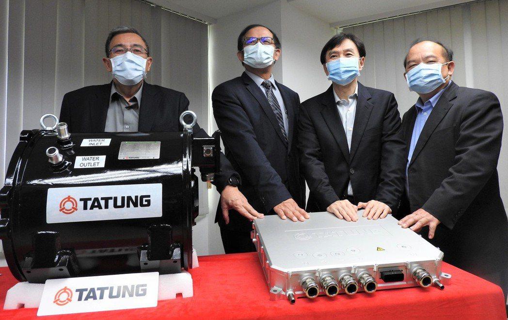 大同亮相台灣第一套國產電動巴士動力系統 ,左起為大同執行副總經理戴豐樹、 工研院...
