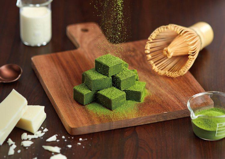 使用辻利抹茶粉搭配比利時嘉麗寶32%白巧克力的「極韻抹茶生巧克力」,每盒299元...