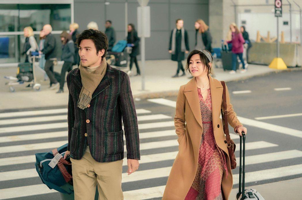賀歲電影「跟你老婆去旅行」由鳳小岳(左)、陳妍希主演。圖/華納音樂提供