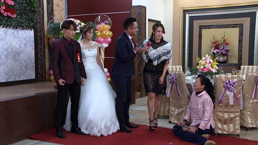許仁杰(左起)、王瞳在「多情城市」的這場婚禮戲揭身世之謎,高欣欣(右)的下跪讓收...