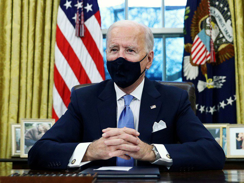 美國總統拜登簽署行政備忘錄,譴責反亞裔美國人的種族歧視言論、仇外與褊狹行為,備忘錄要求各機關徹查並移除「中國病毒」這類指涉。路透社