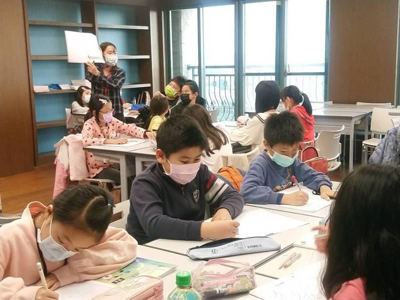 忠信學校的奇文妙語說書人營,用桌遊當教材,大受學生歡迎。 圖/忠信學校提供