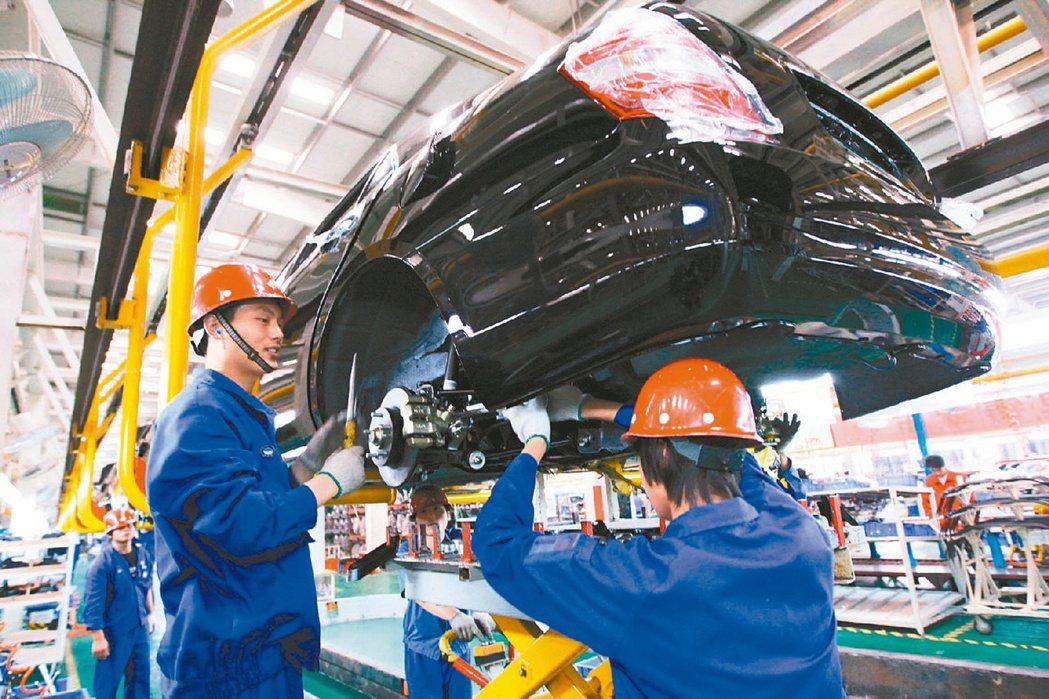 中國十四五規劃扶植創新科技,帶動經濟。圖為大陸比亞迪電動汽車裝配現場。(本報系資...