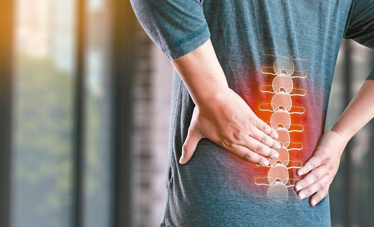 腰痠背痛常令人困擾,引發原因很多,輕則可能是肌肉拉傷、嚴重恐是腫瘤引起。圖/12...