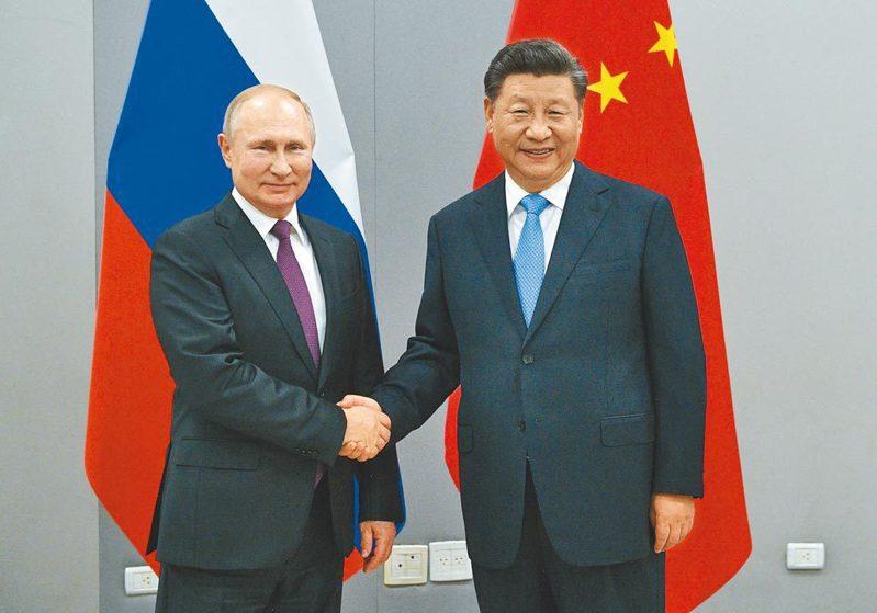 俄羅斯總統普亭(左)與大陸國家主席習近平(右)。圖/取自美聯社