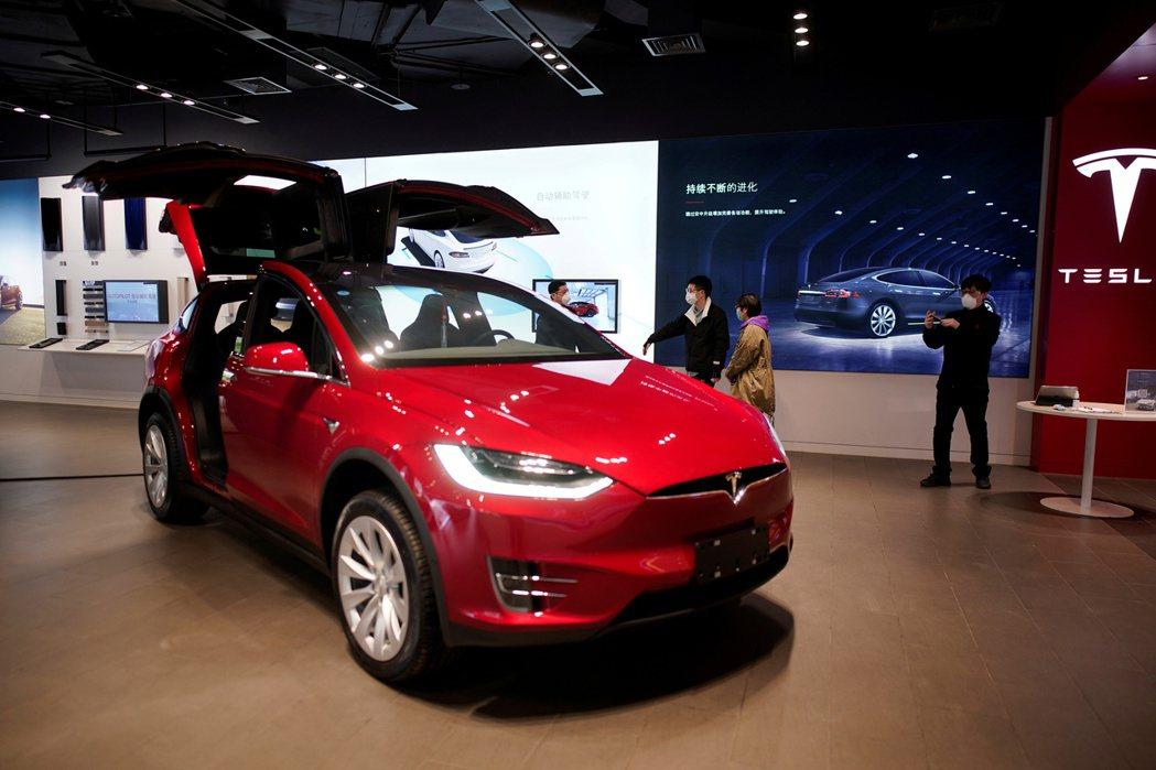 電動車業者特斯拉(Tesla)上季營收突破100億美元大關,但每股盈餘低於市場預...
