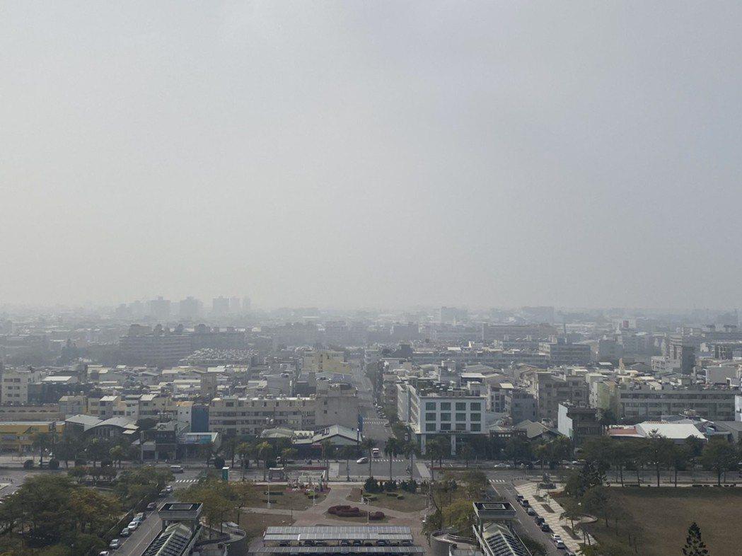 台南市區27日空氣品質不佳,達到紅害,天空一片灰濛,陽光幾乎透不出來。記者鄭惠仁...