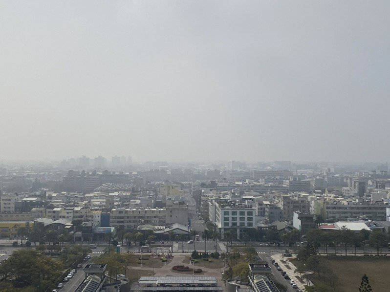 台南市區27日空氣品質不佳,達到紅害,天空一片灰濛,陽光幾乎透不出來。記者鄭惠仁/攝影