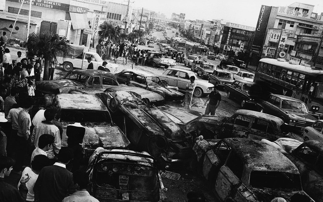 胡差暴動發生時,有至少80輛車子被焚燒。 圖/ Okinawa Memories...