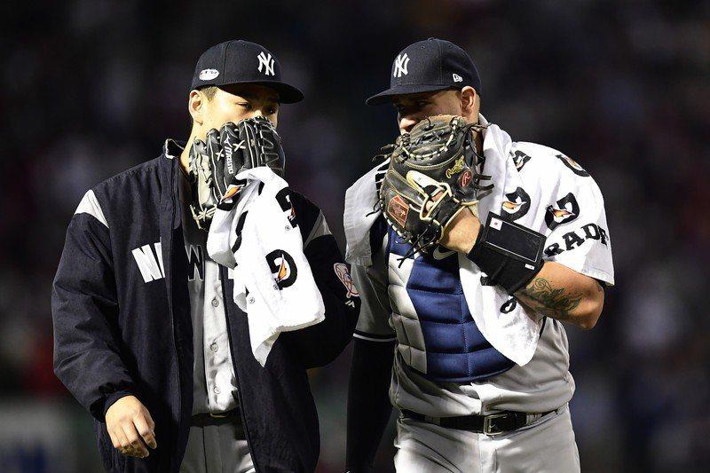 洋基捕手桑契斯(右)一篇感謝田中將大(左)的貼文,卻因「披薩」兩字被日本媒體「歪解」,讓田中本人笑個不停。 歐新社