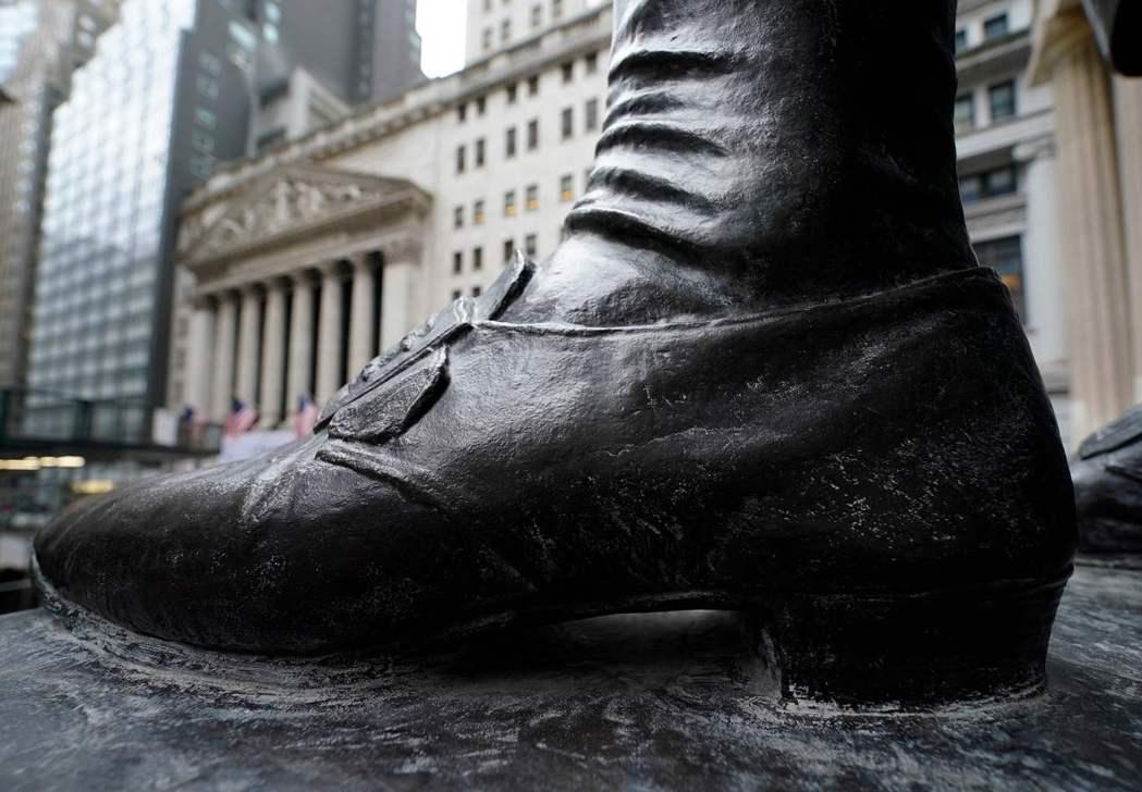 從鄉民的買股正義而來的這波股市狂潮,是否會在周五散戶交易解禁後繼續進擊?整個世代...