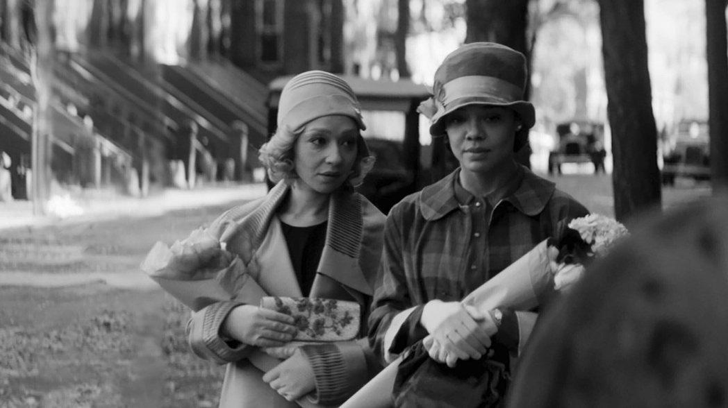 由泰莎湯普森、露絲奈嘉主演的電影《Passing》,描述兩位膚色「不那麼黑」的黑...