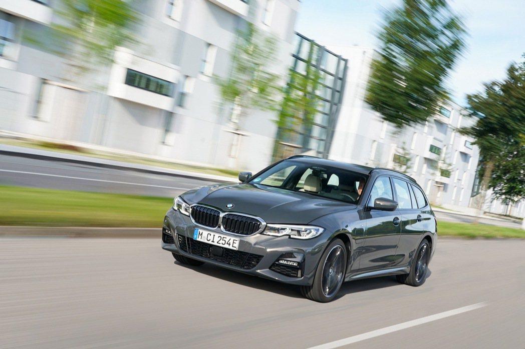 BMW 320e不僅有Sedan房車車型,更有增添xDrive四驅系統的320e...