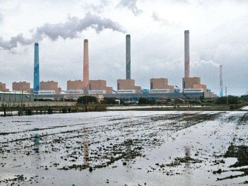 台中火力發電廠5根彩繪大煙囪,是當地最醒目的地標。圖/聯合報系資料照片
