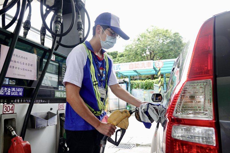 原本預估下周汽油及柴油零售價格每公升各上漲0.2元及0.4元,但中油可能吸收漲幅,屆時汽油和柴油有望不調漲。記者林伯東攝影/報系資料照