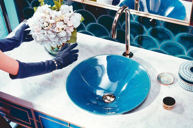 KOHLER Pava藝術面盆以孔雀藍釉打造。圖/麗舍提供