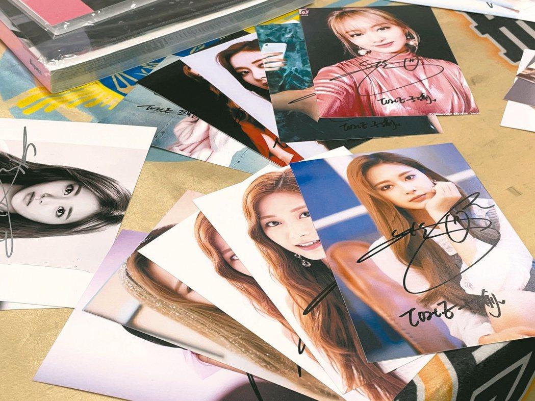 汪姓女子將偷來的周子瑜簽名照放上網拍,每五張一組賣二五○元(圖)。記者林伯驊/攝