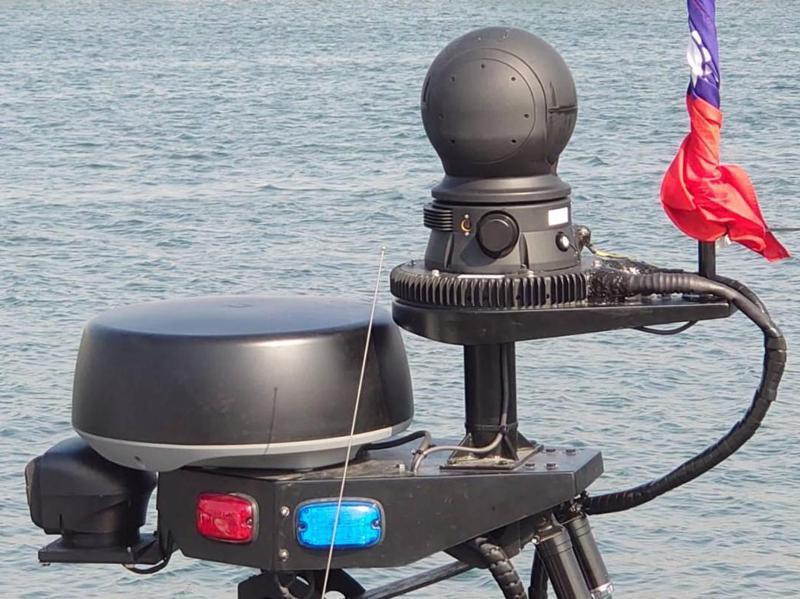 海軍陸戰隊兩棲偵搜大隊甫接收的國造M109新式特種作戰突擊艇,其配備軍規的FLIR SeaFLIR熱像儀(圓球狀)與美軍現役裝備同一款式。圖/讀者提供