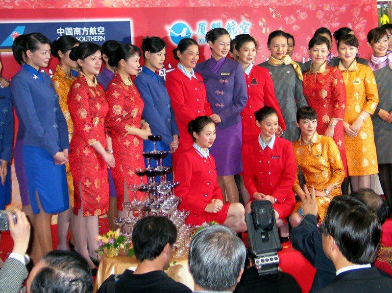 廈航、中國南方、華航、復興航空4家空服員共同合影,慶祝兩岸包機直航成功。 圖/聯合報系資料照片