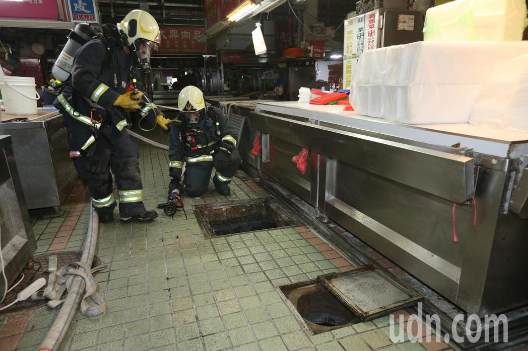高雄市三民市場疑發生沼氣外洩,消防人員前往搶救受困工人。記者劉學聖/攝影