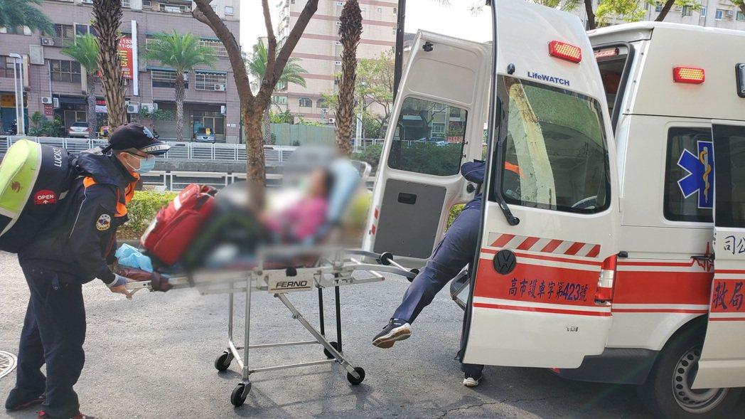 高雄市三民市場疑發生沼氣外洩,消防人員前往搶救受困工人。記者邱奕能/翻攝