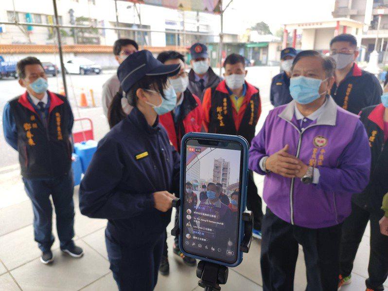 平鎮警方利用線上直播方式,以直播方式邀民眾線上參與交通檢視,共同維護春節期間的交通安全。圖/平鎮警分局提供