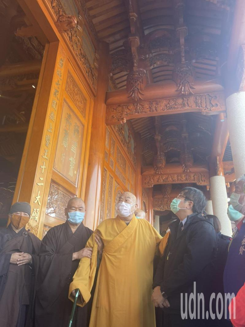台南白河大仙寺大雄寶殿修復完成,市長黃偉哲(右)參訪。記者謝進盛/攝影