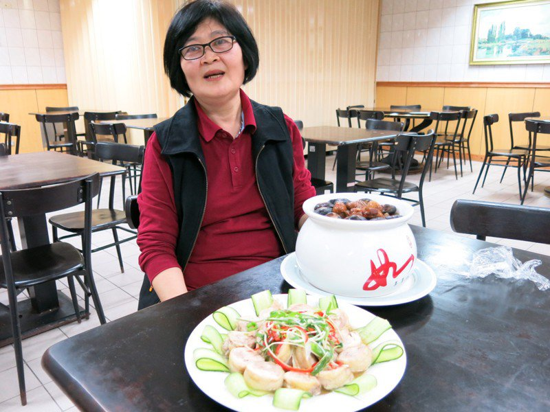 豐原醫院廚師黃玉英說,做佛跳牆其實很簡單,好吃的秘訣就是紅蔥頭有爆香過。圖/豐原醫院提供
