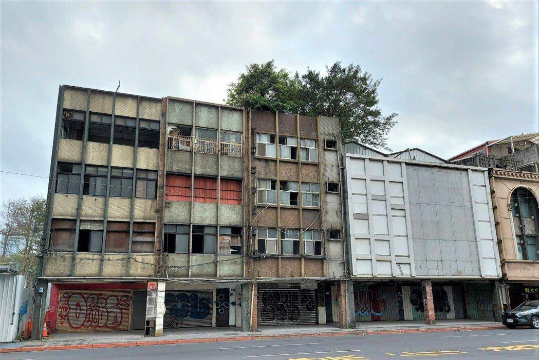 台北市房價地價高昂,市區缺乏可直接開發的素地,開發商與部分業主透過都更與危老改建...