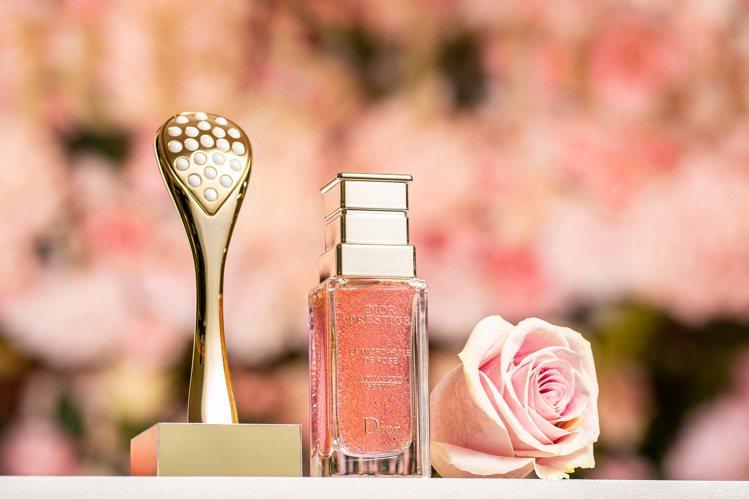 迪奧新推出微導珍珠按摩壓勺,搭配精萃再生玫瑰微導精露使用。圖/迪奧提供