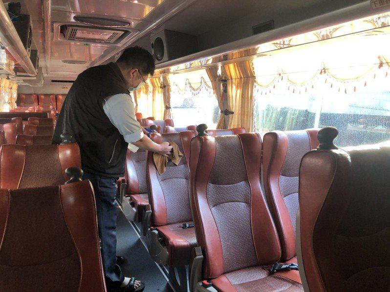 桃園市公車客運加強清潔消毒,交通局也要求搭車民眾戴好口罩、不得飲食。圖/桃園市交通局提供