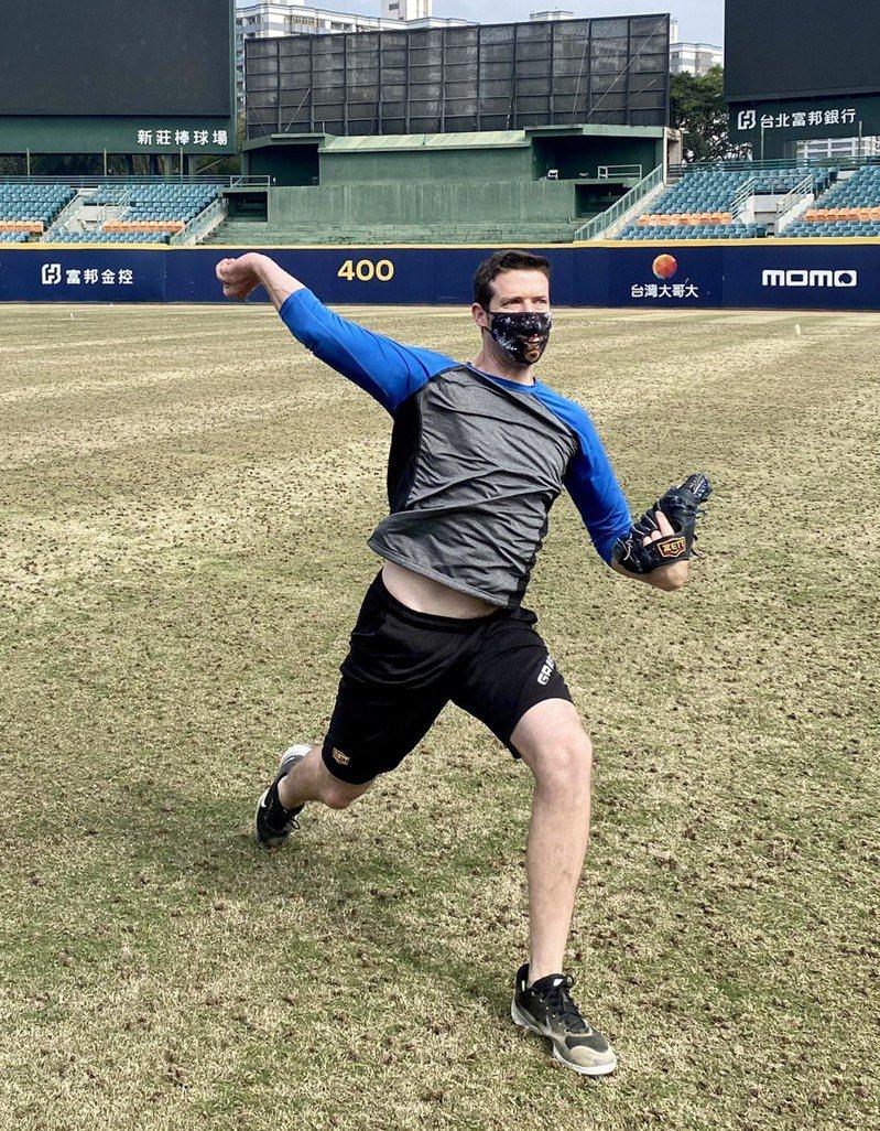 富邦悍將隊洋將羅力今到新莊棒球場訓練,簡單進行傳接球。圖/富邦悍將球團提供