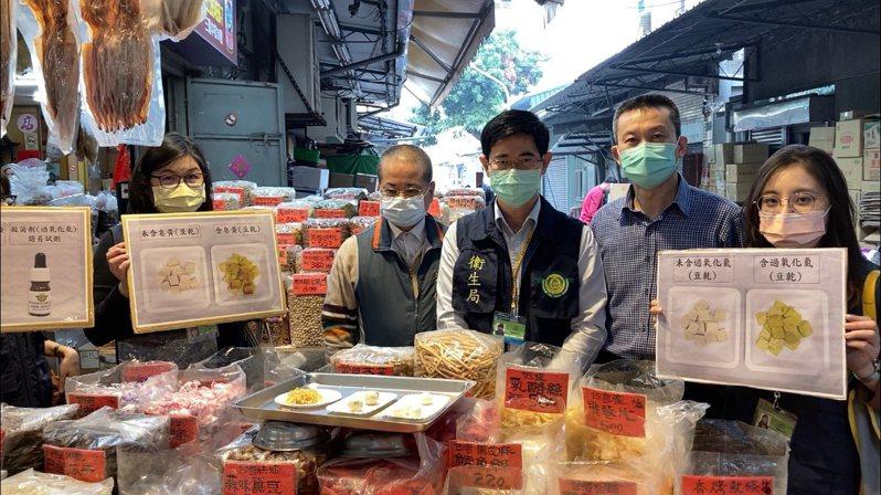 高雄市衛生局人員前往三鳳中街以過氧化氫皂黃快篩試劑檢驗年節應景食品。圖/高雄市衛生局提供