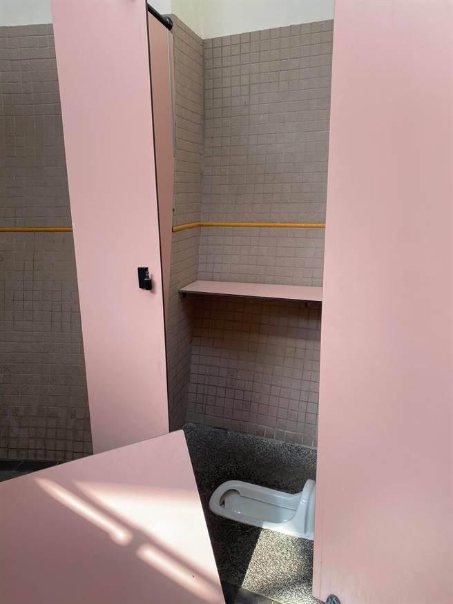 台中市東勢客家文化園區廁所的門板被整片拆下。圖/台中市客委會提供