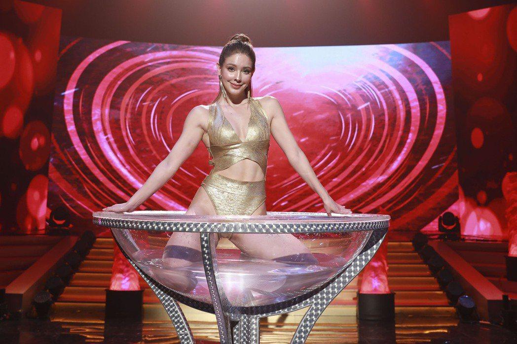 安妮表演高難度空中酒杯水舞。圖/民視提供