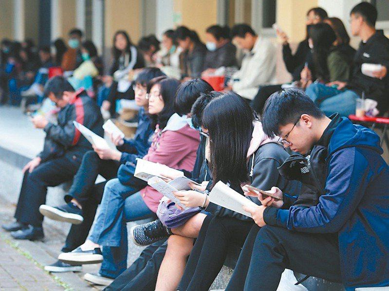 大考中心今天表示,已規劃111學年度學測考試由2天改為3天,雖還未正式定案,但幾乎已確定會朝這個方向。圖/聯合報系資料照片