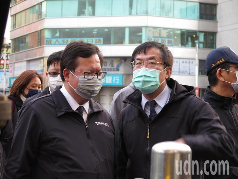 桃園市長鄭文燦(左)今天代表市府接受台南市捐贈防疫物資,台南市長黃偉哲(右)親自北上出席捐贈儀式,互動不錯。記者張裕珍/攝影