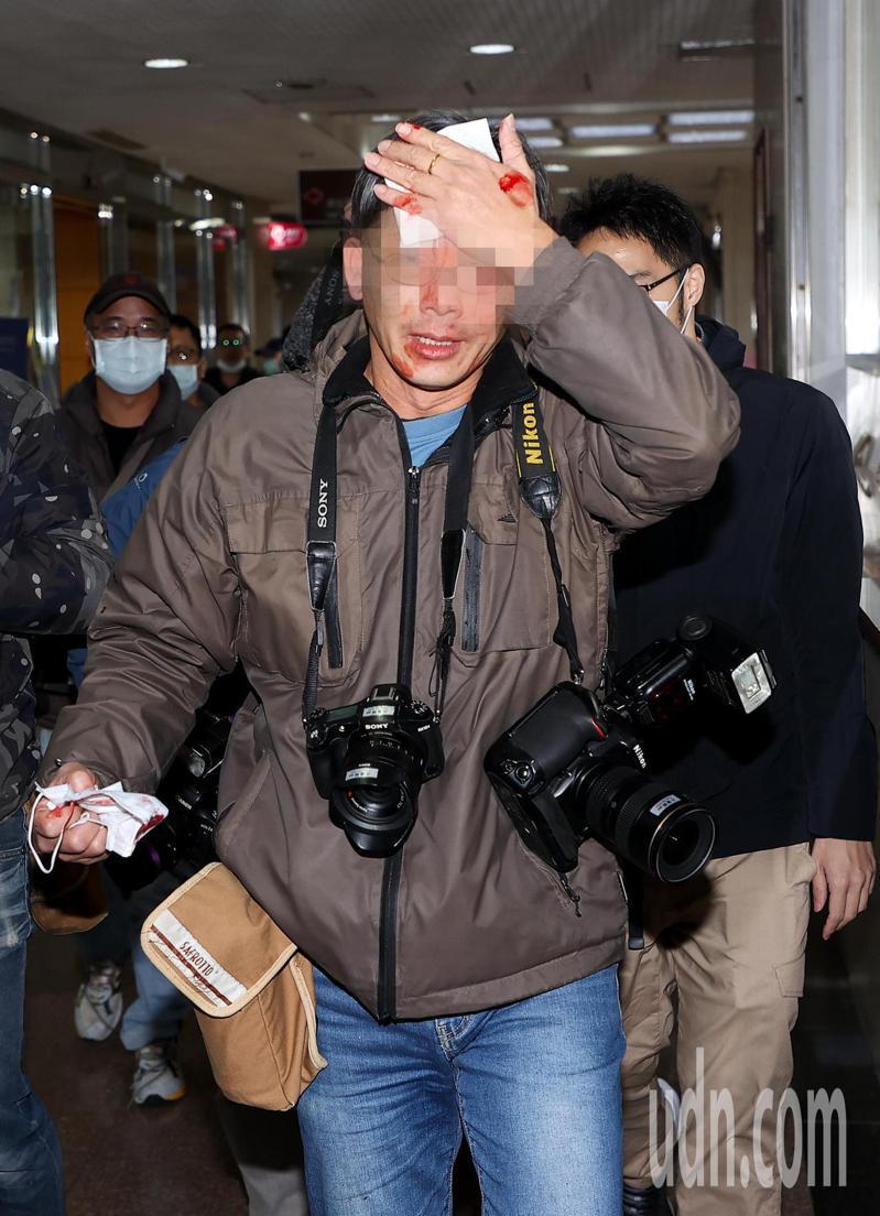 立委蘇震清(左)涉SOGO經營權案向太流公司前董事長李恆隆索賄,在羈押禁見179天後,以1000萬元交保,他在離開法院時不斷推擠圍拍的記者,造成記者受傷流血。記者余承翰/攝影
