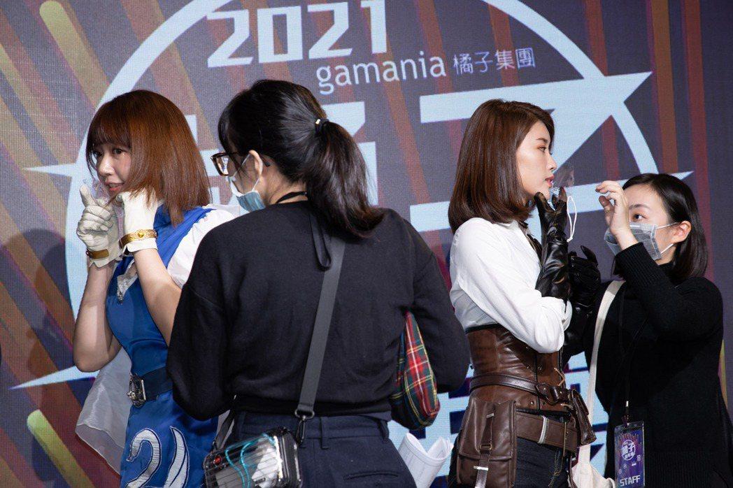 林真亦和泱泱戴上透明口罩做好防疫。記者季相儒/攝影