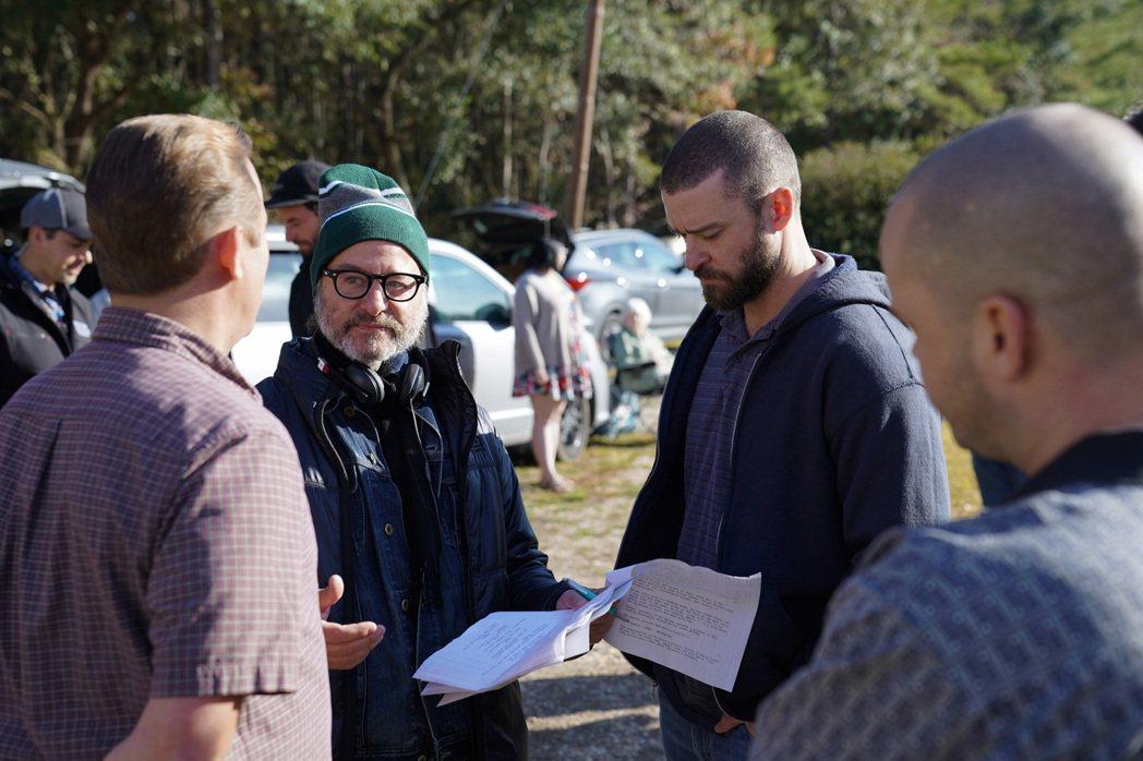 導演費雪史蒂芬(左2)受訪時大讚賈斯汀(右2),貴為流行樂天王,不僅願意降低片酬...