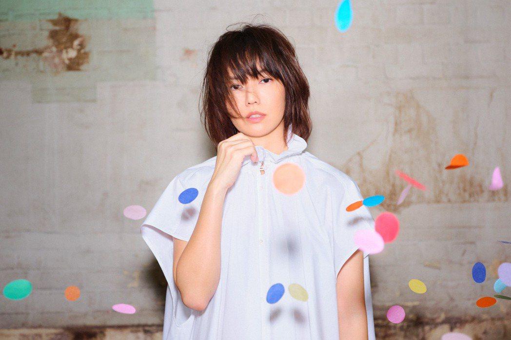 孫燕姿無預警釋出新單曲「餘額」,也是她相隔19年再度挑戰詞曲全創作。圖/環球提供