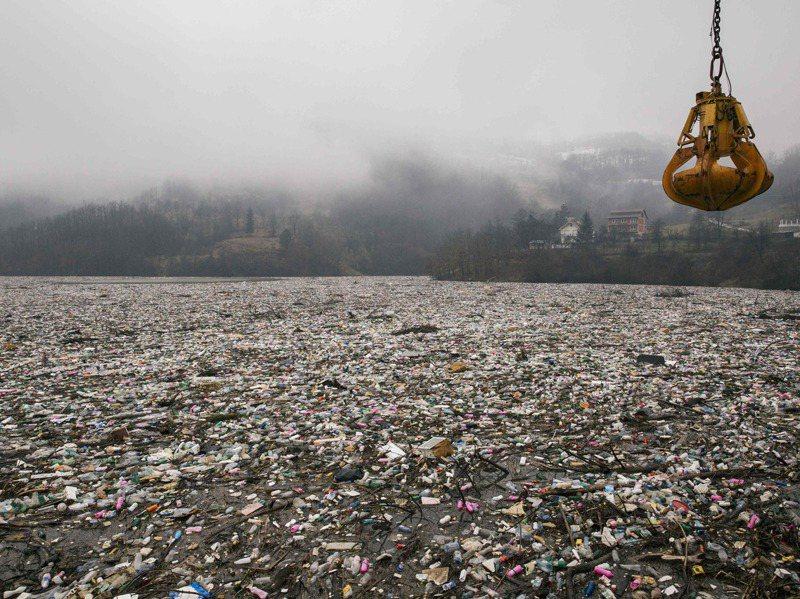 塞爾維亞波派科湖曾是該國西部釣魚勝地,如今累積高達八千立方公尺垃圾。法新社