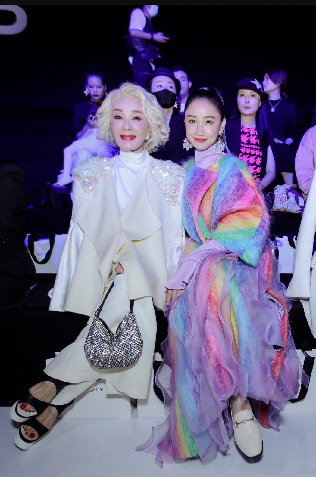 今年72歲的夏台鳳(左)在大陸出席時尚活動,一頭銀白髮色氣質身材依舊。圖/摘自微