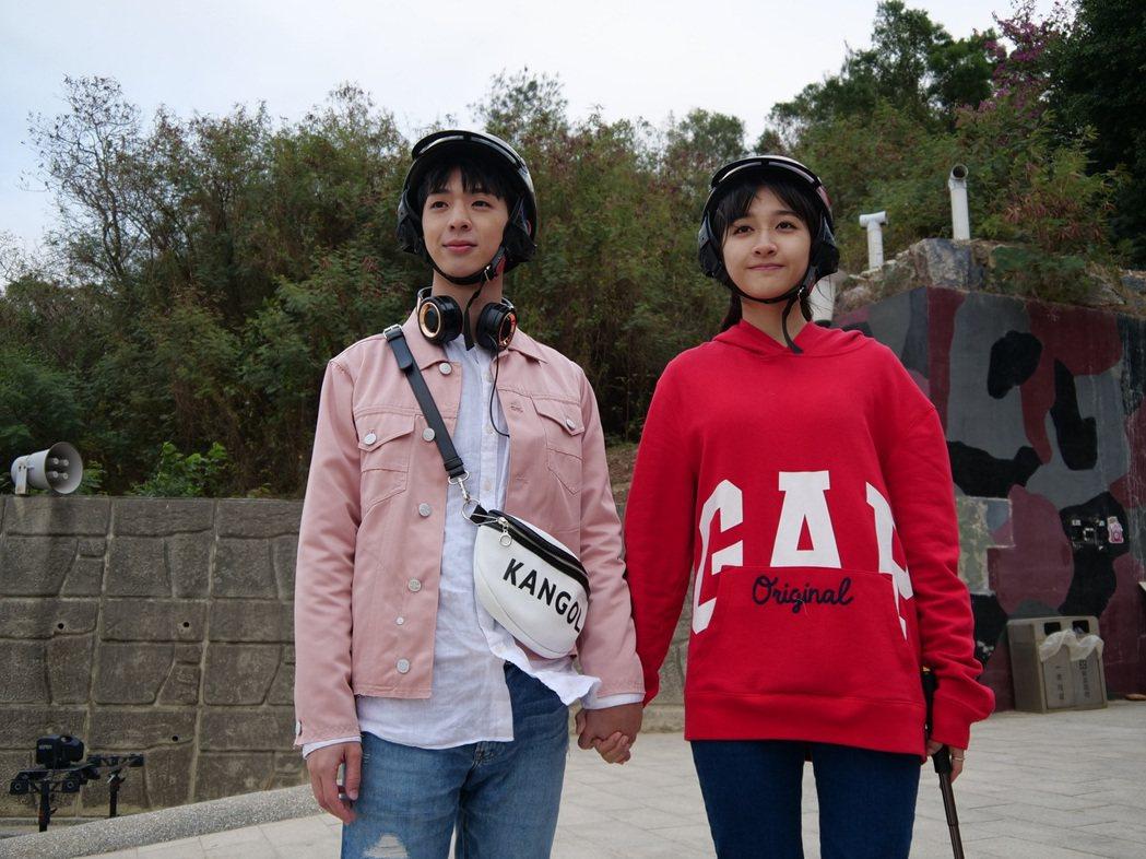 林亭翰(左)與齊薇在MV中愛得辛苦,戲外雙方父母卻想湊對結親家。圖/青田音樂提供