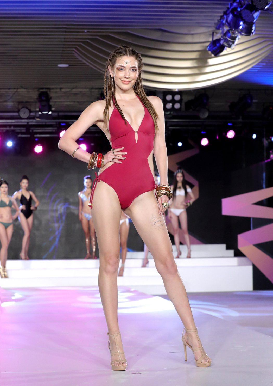 俄羅斯美女安妮為璀璨之星泳裝開場走秀。圖/伊林娛樂提供)