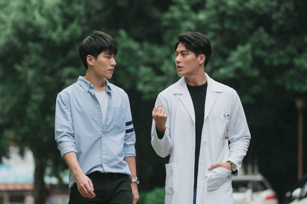 林子閎(左)與扮演校醫的張睿家,在「永遠的第一名」劇中關係曖昧不明。圖/WeTV