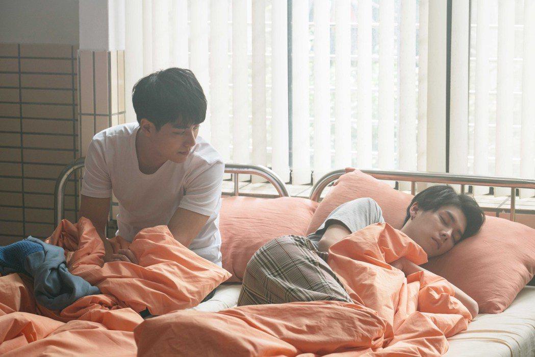 林子閎(左)在「永遠的第一名」戲中開金口唱歌,只為哄睡楊宇騰。圖/WeTV、結果...