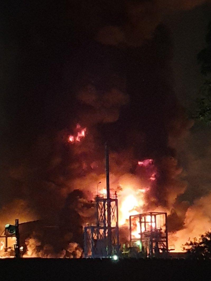 高雄市林園區聯成化學公司今晚傳出火警,現場火勢猛烈。圖/讀者提供