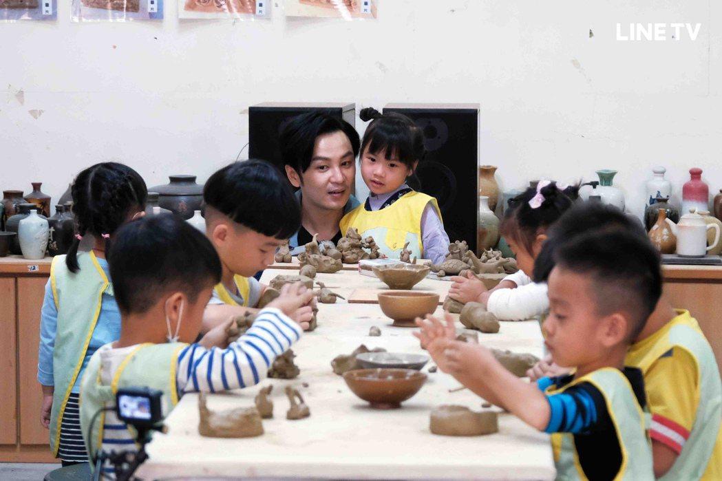 張書偉與小朋友們一起上陶藝課。圖/LINE TV提供