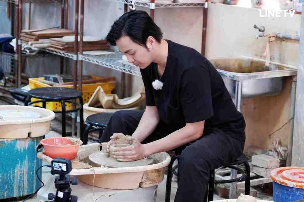 張書偉體驗製作陶器。圖/LINE TV提供